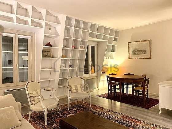 Séjour calme équipé de 1 canapé(s) lit(s) de 140cm, 2 fauteuil(s), 5 chaise(s)