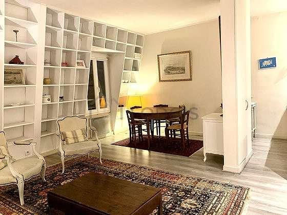 Grand salon de 22m² avec la moquetteau sol