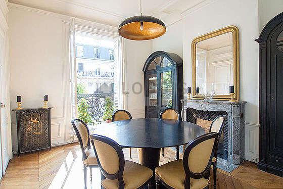 Belle salle à manger avec du parquetau sol pouvant accueillir jusqu'à 9 convives