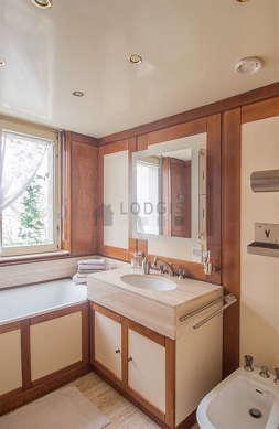 Belle salle de bain claire avec fenêtres et du marbreau sol