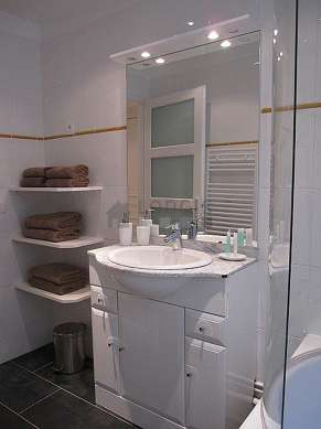Pleasant and bright bathroom with windows and with slatefloor