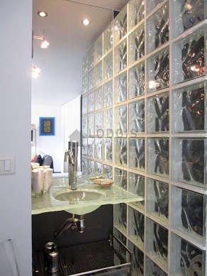 Belle salle de bain avec de l' ardoiseau sol