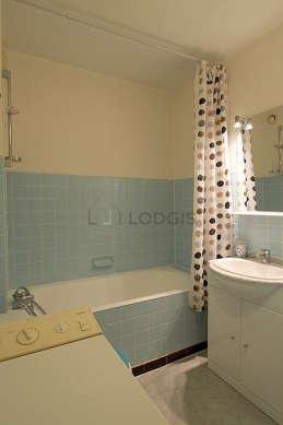 Beautiful bathroom with linoleumfloor