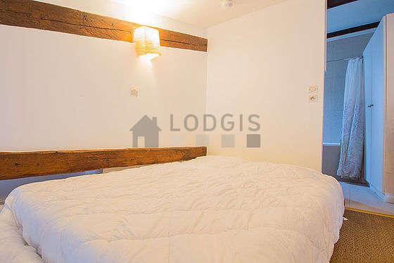 Chambre de 4m² avec du cocoau sol